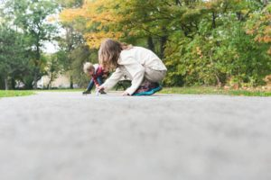 kids-draw-with-chalk-on-sidewalk_925x
